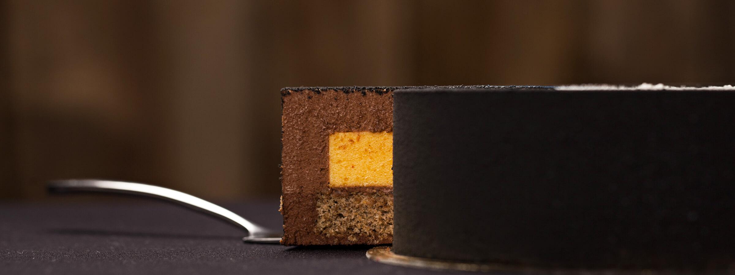 foto torta pasticceria e pasticciere professionale con cuore cremoso